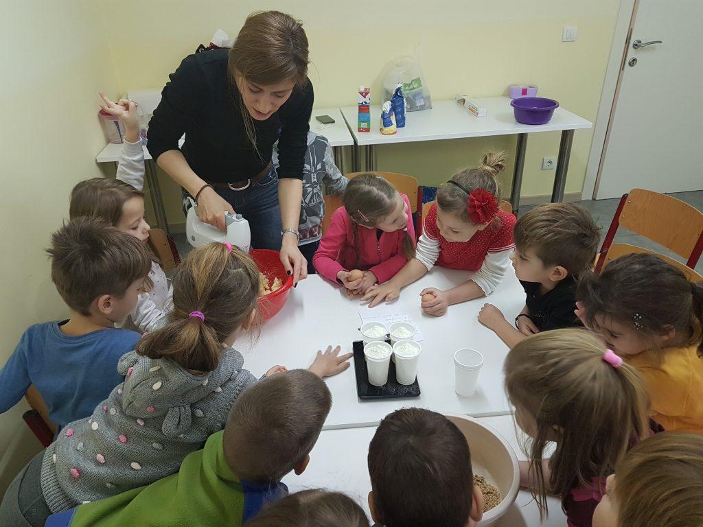 Weihnachtsplätzchen Kindergarten.Die Leckeren Weihnachtsplätzchen Sind Bald Im Ofen Deutsche Schule